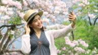 Reife Frau unter Selfie mit einer Kamera