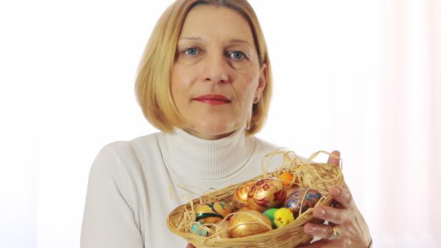 Donna matura con uova di Pasqua