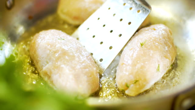 Fleisch Schnitzel gebraten in der Pfanne, Slo-mo