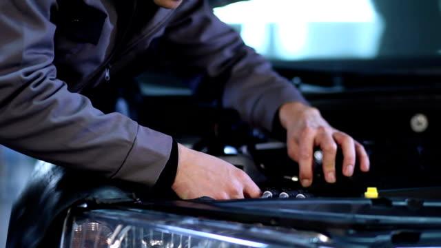 Mechaniker Replaceing Scheinwerfer Glühbirne