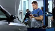 Meccanico utilizzando uno strumento diagnostico