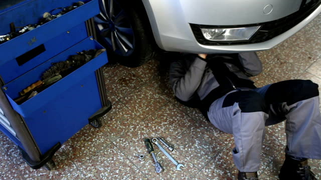 Mechaniker Arbeiten unter dem Auto