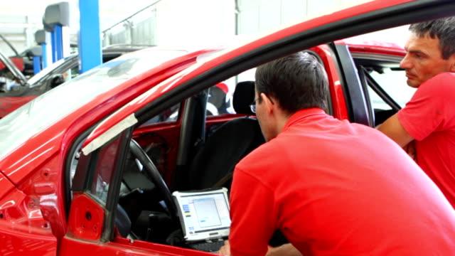 HD 720 Mechanics performing car diagnostics