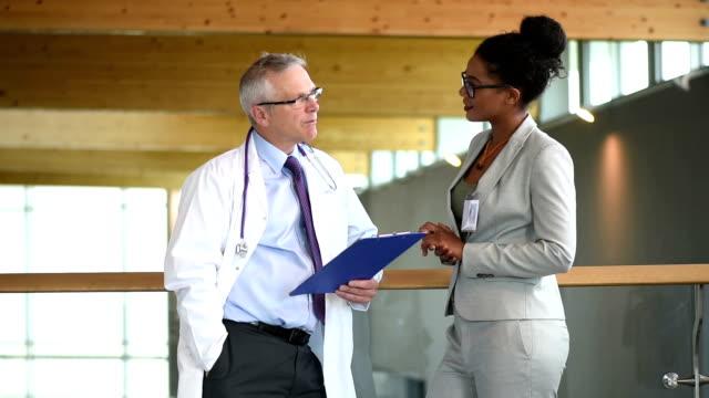 medical colleghi chiacchierando in un ospedale di scale