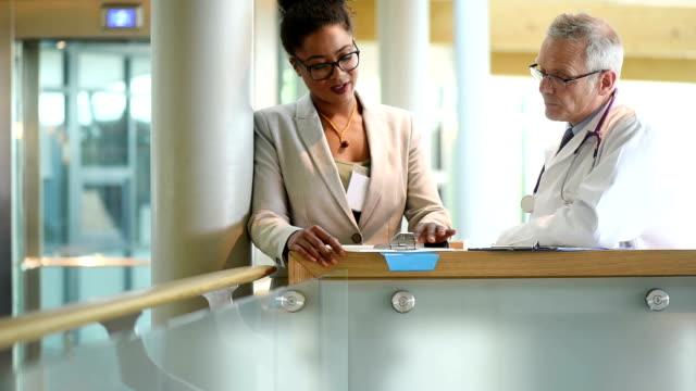 Medizinische Kollegen unterhalten sich im Treppenhaus des hospital