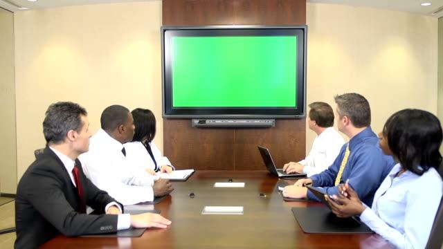 Professionisti medici si incontrano nella parte anteriore di Chroma Key Monitor
