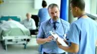 Medizinisches team-meeting auf der hospital ward