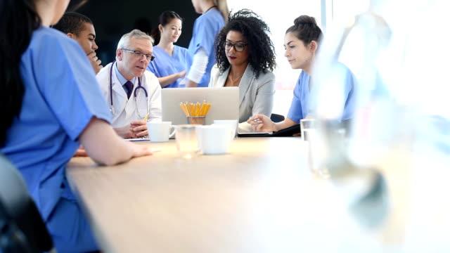 medisch team ontmoeting met beheerder