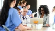 Medizinisches team-meeting mit administrator