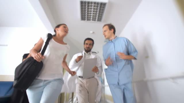 HD: Team medico di correre giù un corridoio