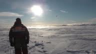 A medida que los casquetes polares se derriten debido al calentamiento global investigadores tratan de catalogar la biodiversidad unica del artico y...