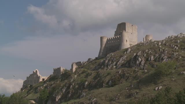 WS Medieval castel Rocca Calascio in Gran Sasso National Park / Rocca Calascio, Abruzzo, Italie
