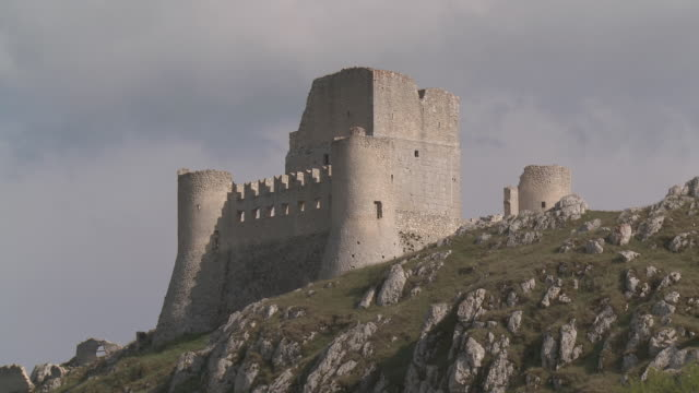 MS Medieval castel Rocca Calascio in Gran Sasso National Park / Rocca Calascio, Abruzzo, Italie