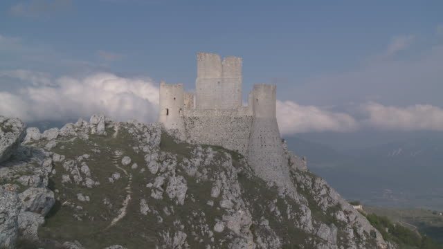 MS Medieval castel Rocca Calascio in Gran Sasso National Park with moving clouds / Rocca Calascio, Abruzzo, Italie