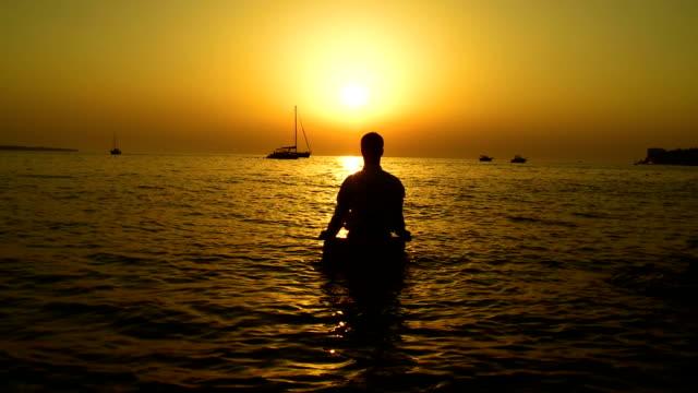 HD: Meditieren auf einem Felsen im Meer