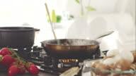 Meeat Küche in Pfanne auf gas-Herd