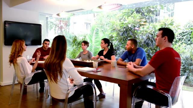 MONTAGGIO: Riunione presso l'health club