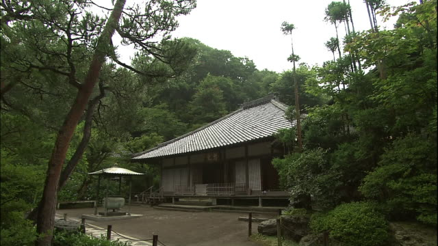 Meigetsuin temple and its yard.