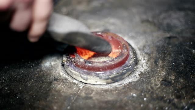 Schmelzen von Metall-chips in den Ofen