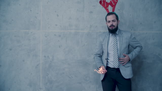 Männer Weihnachtsspaß vor Betonwand