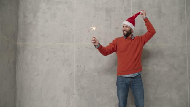 Männer Weihnachtsspaß Infront von Betonwand