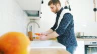 Mannen in de keuken groenten wassen.