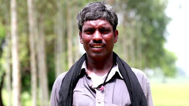 Uomo in piedi nella natura & Ritratto di sorridente