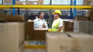 Mannen aan het werk bij een distributie-magazijn