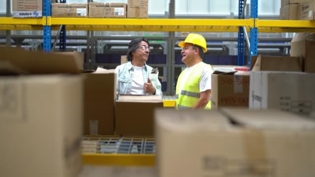 Uomini al lavoro in un deposito per la distribuzione