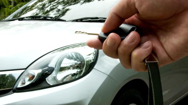 Men's hand presses auf der Fernbedienung Auto.