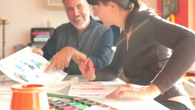 Mentor analysera konstnärer arbete