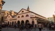 mercado calle feria en sevilla timelapse con gente