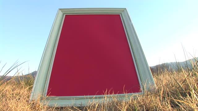 HD: Message Board auf einer Wiese