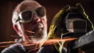 Metallarbetare med hjälp av en kvarn - Slow Motion