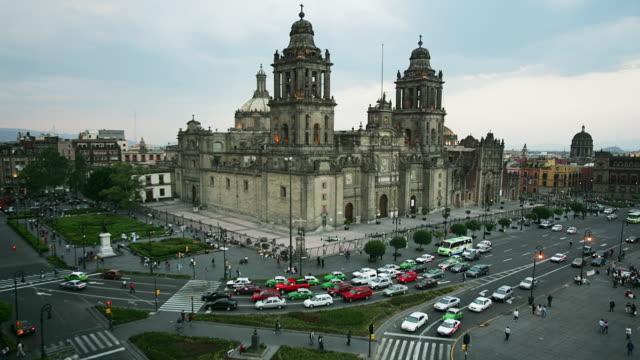 T/L, HA, MS, Mexico, Mexico City, Plaza de la Constitución, Traffic in front of Catedral Metropolitana, day to dusk