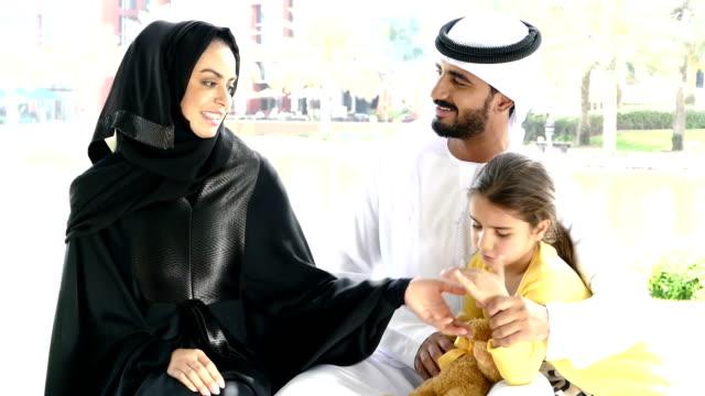 Middle Eastern Familie mit thear Kinder im park