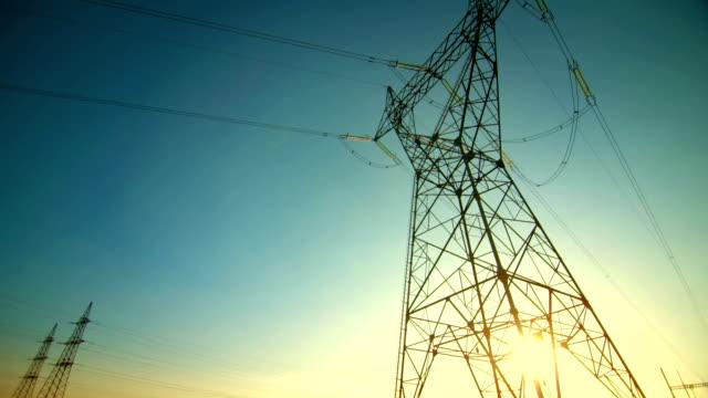 Mighty Strommasten in der Dämmerung