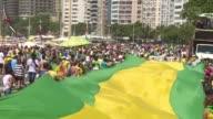 Miles de brasilenos volvieron el domingo a las calles para expresar su hartazgo de la corrupcion y denunciar las intrigas que buscan poner a salvo de...