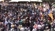 Miles de catalanes salieron a las calles el miercoles tras la detencion de trece miembros del gobierno de esta region que busca organizar un...