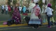 Miles de creyentes pasaron la noche en las frias calles de Ecatepec donde el papa Francisco celebra este domingo una misa masiva al aire libre