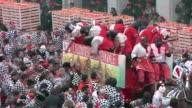 Miles de juerguistas participaron en la batalla de las naranjas un festival en la ciudad italiana de Ivrea considerada como la pelea mas grande de...