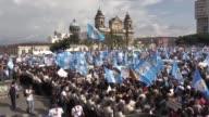 Miles de manifestantes salieron el miercoles a las calles de la capital y otras ciudades de Guatemala en un paro nacional para forzar la renuncia del...
