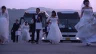 Miles de parejas contrajeron matrimonio el jueves en una boda multitudinaria de la Iglesia de la Unificacion como una forma de conmemorar el quinto...