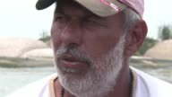 Miles de peces de una misma especie han aparecido muertos en las playas de la turistica y ahora nauseabunda isla de Paqueta en la bahia de Guanabara...