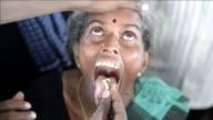 Miles de personas acuden cada ano al sur de India para tragar un pez vivo envuelto en una pasta amarilla de hierbas con la esperanza de sanar su asma