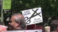 Miles de personas se manifestaron el domingo en Madrid contra los recortes que se enmarcan en la politica de austeridad con la que el gobierno...