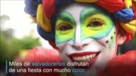 Miles de salvadorenos participaron del inicio de las fiestas patronales con un desfile con mucho color que recorrio cuatro kilómetros y reunio a los...