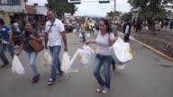 Miles de venezolanos cruzaban a Colombia este fin de semana en busca de alimentos articulos de higiene personal medicamentos y otros productos que no...