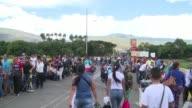 Miles de venezolanos entran y salen de Colombia decididos a emigrar o abastecerse de alimentos y medicinas asustados por lo que pueda ocurrir tras la...