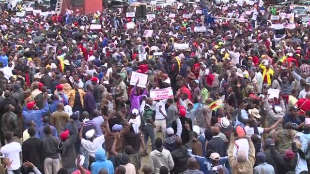 Miles de zimbabuenses exigieron el sabado la renuncia del presidente Robert Mugabe en medio de una crisis política sin precedentes en el pais